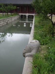 Gyeongbokgung, joki ja pyllistelijä